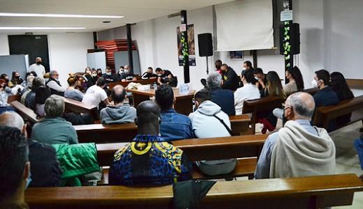 La parroquia de San Carlos Borromeo acoge una iniciativa solidaria vallecana destinada a los niños y jóvenes que migraron a Ceuta