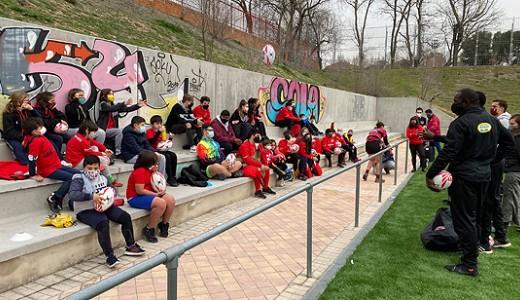 Las estrellas de rugby 7 y los menores del Vallecas Rugby Unión compartieron juego y charlas en Entrevías