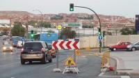 Un carril permanece cortado en la Avenida de la Albufera durante más de un año sin que el Ayuntamiento haga nada